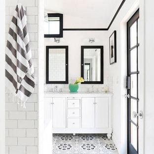 Foto di una stanza da bagno padronale scandinava di medie dimensioni con ante con riquadro incassato, ante bianche, pistrelle in bianco e nero, piastrelle di cemento, pareti bianche, lavabo sottopiano, top in marmo, pavimento con piastrelle a mosaico e pavimento multicolore