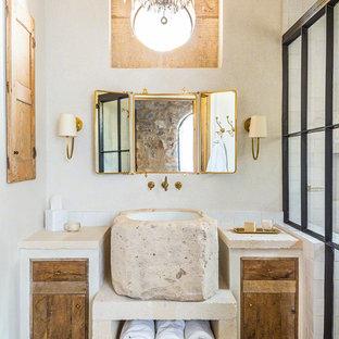 Inredning av ett medelhavsstil badrum, med släta luckor, skåp i slitet trä, vit kakel, vita väggar, ett fristående handfat och orange golv