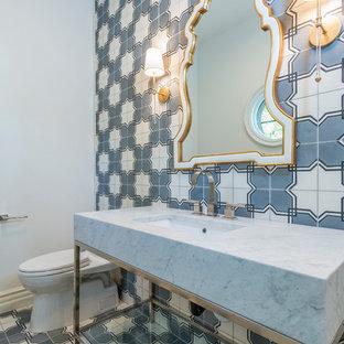 Esempio di un'ampia stanza da bagno con doccia classica con WC monopezzo, pistrelle in bianco e nero, piastrelle di cemento, pareti grigie, pavimento in cementine, lavabo sottopiano, top in marmo e pavimento bianco