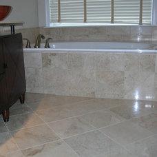 Modern Bathroom by JM RESIDENTIAL SOLUTIONS INC.