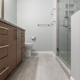 Inspiration för ett mellanstort vintage flerfärgad flerfärgat en-suite badrum, med släta luckor, bruna skåp, en kantlös dusch, en toalettstol med separat cisternkåpa, beige kakel, porslinskakel, grå väggar, klinkergolv i porslin, ett undermonterad handfat, bänkskiva i kvarts, beiget golv och dusch med gångjärnsdörr