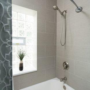 Idee per una stanza da bagno padronale minimalista di medie dimensioni con ante bianche, vasca ad alcova, vasca/doccia, WC a due pezzi, piastrelle grigie, piastrelle di cemento, pareti grigie, pavimento con piastrelle in ceramica, ante a filo, lavabo sottopiano e top in marmo