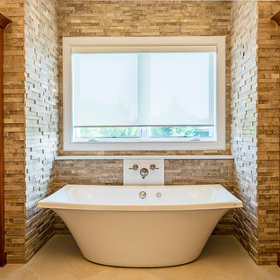 Esempio di una stanza da bagno padronale moderna di medie dimensioni con ante in stile shaker, ante in legno scuro, vasca freestanding, doccia aperta, bidè, piastrelle beige, piastrelle in pietra, pareti beige, pavimento in gres porcellanato, lavabo sottopiano e top in quarzo composito
