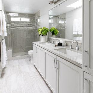 Imagen de cuarto de baño con ducha, tradicional renovado, con armarios estilo shaker, puertas de armario blancas, ducha empotrada, paredes blancas, lavabo bajoencimera, suelo beige, ducha con puerta con bisagras y encimeras beige
