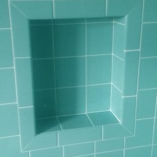 Foto di una piccola stanza da bagno minimalista con piastrelle diamantate, pareti bianche e pavimento con piastrelle a mosaico
