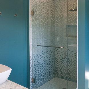Ispirazione per una stanza da bagno padronale contemporanea con top in granito, piastrelle a mosaico, lavabo a bacinella, doccia alcova, piastrelle blu, pareti blu e porta doccia a battente