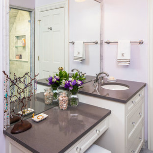 Mittelgroßes Klassisches Badezimmer mit Schrankfronten mit vertiefter Füllung, weißen Schränken, lila Wandfarbe, Marmorboden, Unterbauwaschbecken, Mineralwerkstoff-Waschtisch und Sauna in Austin
