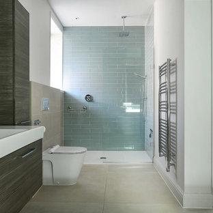 Ispirazione per una stanza da bagno padronale contemporanea con ante lisce, ante grigie, doccia a filo pavimento, piastrelle beige, piastrelle blu, piastrelle di vetro, pareti bianche, lavabo a consolle, pavimento beige e doccia aperta