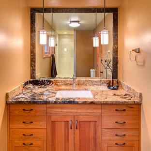 他の地域の小さいおしゃれなバスルーム (浴槽なし) (シェーカースタイル扉のキャビネット、中間色木目調キャビネット、オープン型シャワー、分離型トイレ、グレーのタイル、石タイル、オレンジの壁、スレートの床、アンダーカウンター洗面器、御影石の洗面台) の写真