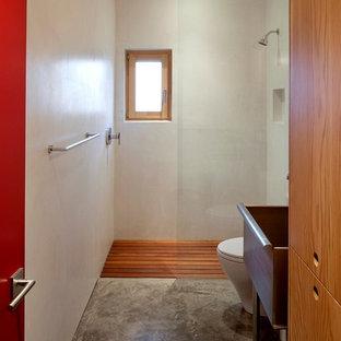 Aménagement d'une salle de bain contemporaine avec un mur beige, béton au sol et une douche à l'italienne.