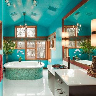Foto de cuarto de baño principal, contemporáneo, grande, con armarios con paneles lisos, puertas de armario de madera en tonos medios, baldosas y/o azulejos azules, baldosas y/o azulejos de vidrio y encimera de ónix