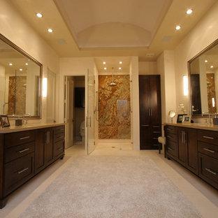 ダラスのコンテンポラリースタイルのおしゃれな浴室 (シェーカースタイル扉のキャビネット、濃色木目調キャビネット、ベージュの壁、クオーツストーンの洗面台、ベージュの床、ベージュのカウンター) の写真