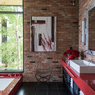Modernes Badezimmer En Suite mit Aufsatzwaschbecken, flächenbündigen Schrankfronten, roten Schränken, Unterbauwanne, schwarzen Fliesen, Keramikfliesen, Keramikboden und roter Wandfarbe in Sonstige