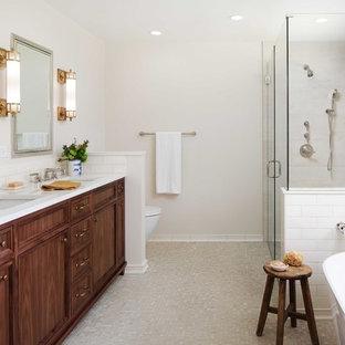Exempel på ett mellanstort klassiskt vit vitt en-suite badrum, med vit kakel, keramikplattor, beige väggar, mosaikgolv, ett undermonterad handfat, bänkskiva i kvarts, dusch med gångjärnsdörr, luckor med infälld panel, skåp i mörkt trä, ett fristående badkar, en hörndusch och beiget golv
