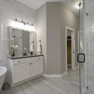 Ejemplo de cuarto de baño principal, tradicional renovado, con armarios estilo shaker, puertas de armario blancas, bañera exenta, ducha esquinera, baldosas y/o azulejos grises, paredes grises, suelo de madera pintada, lavabo bajoencimera, suelo gris, ducha con puerta con bisagras y encimeras grises