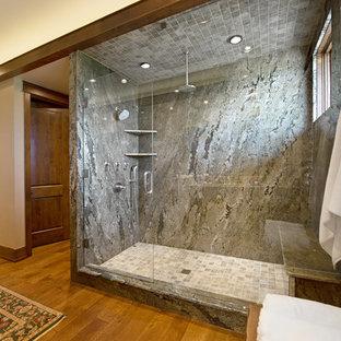 Ispirazione per un'ampia stanza da bagno padronale american style con consolle stile comò, ante in legno scuro, top in granito, piastrelle grigie, piastrelle in pietra, pareti bianche e pavimento in legno massello medio