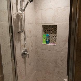 Exemple d'une petit salle d'eau chic avec un placard avec porte à panneau encastré, des portes de placard grises, un WC séparé, un carrelage beige, des carreaux de porcelaine, un mur vert, un sol en carrelage de porcelaine, un lavabo encastré, un plan de toilette en quartz modifié, un sol beige et un plan de toilette vert.