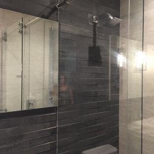 Esempio di una piccola stanza da bagno con doccia minimalista con nessun'anta, ante blu, doccia alcova, piastrelle grigie, piastrelle in ardesia, pareti grigie, pavimento in cementine e porta doccia scorrevole