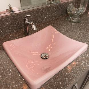 Badezimmer mit weißen Fliesen, Metrofliesen, rosa Wandfarbe und Porzellan-Bodenfliesen in Sonstige
