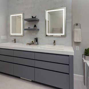 Idee per una grande stanza da bagno padronale minimal con ante lisce, ante grigie, piastrelle grigie, piastrelle in gres porcellanato, pareti grigie, pavimento in gres porcellanato, top in granito, pavimento bianco, top bianco, vasca ad alcova e lavabo da incasso