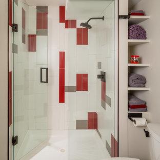 Idées déco pour une petit douche en alcôve contemporaine avec un mur blanc, un placard sans porte, un WC séparé, un carrelage gris, un carrelage rouge et un carrelage blanc.
