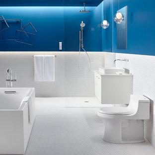 Diseño de cuarto de baño principal, contemporáneo, grande, con lavabo sobreencimera, armarios con paneles lisos, puertas de armario blancas, bañera encastrada, ducha abierta, sanitario de una pieza, baldosas y/o azulejos blancos, baldosas y/o azulejos de cerámica, paredes verdes y suelo de baldosas de cerámica