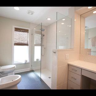 Ejemplo de cuarto de baño principal, contemporáneo, de tamaño medio, con armarios con paneles lisos, puertas de armario grises, ducha esquinera, bidé, baldosas y/o azulejos blancos y suelo de pizarra