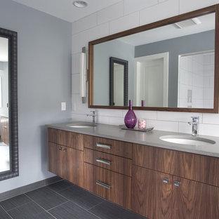 Idéer för att renovera ett funkis badrum, med släta luckor, skåp i mörkt trä och vit kakel