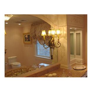 Idee per una stanza da bagno classica con ante a filo, doccia alcova, WC monopezzo, piastrelle beige, piastrelle di marmo, pareti beige, pavimento con piastrelle a mosaico, lavabo da incasso, top in marmo, pavimento rosa e porta doccia a battente