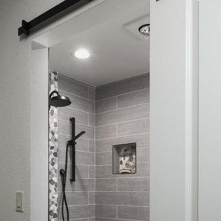 Idéer för små vintage badrum med dusch, med vita skåp, en toalettstol med hel cisternkåpa, grå kakel, klinkergolv i småsten, luckor med profilerade fronter, en dusch i en alkov, porslinskakel, vita väggar, ett undermonterad handfat, bänkskiva i kvarts, grått golv och med dusch som är öppen