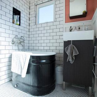 Идея дизайна: маленькая ванная комната в скандинавском стиле с черными фасадами и белой плиткой