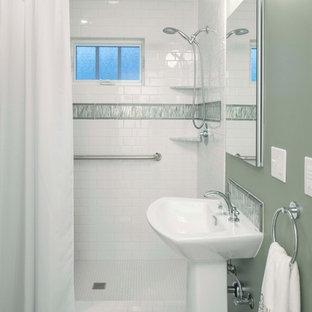 Immagine di una piccola stanza da bagno tradizionale con lavabo a colonna, doccia alcova, WC a due pezzi, piastrelle bianche, piastrelle diamantate, pareti verdi e pavimento in linoleum