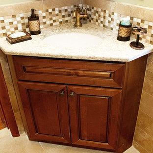 Foto di una piccola stanza da bagno con doccia tradizionale con vasca ad alcova, WC a due pezzi, piastrelle beige, piastrelle in pietra, pavimento in travertino, lavabo sottopiano, ante in stile shaker, ante in legno scuro, pareti beige e top in quarzo composito