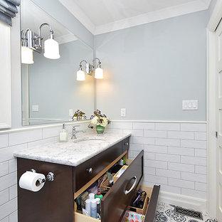 オタワの小さいトラディショナルスタイルのおしゃれな子供用バスルーム (シェーカースタイル扉のキャビネット、濃色木目調キャビネット、アルコーブ型浴槽、アルコーブ型シャワー、分離型トイレ、青いタイル、磁器タイル、青い壁、モザイクタイル、アンダーカウンター洗面器、珪岩の洗面台) の写真