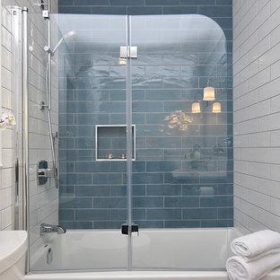 オタワの小さいトラディショナルスタイルのおしゃれな浴室 (シェーカースタイル扉のキャビネット、濃色木目調キャビネット、アルコーブ型浴槽、アルコーブ型シャワー、分離型トイレ、青いタイル、磁器タイル、青い壁、モザイクタイル、アンダーカウンター洗面器、珪岩の洗面台) の写真