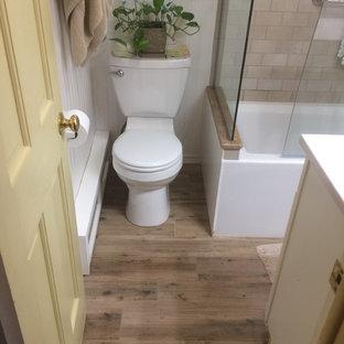 Inspiration för ett litet amerikanskt badrum med dusch, med vita skåp, ett hörnbadkar, en dusch/badkar-kombination, en toalettstol med separat cisternkåpa, beige kakel, brun kakel, stenkakel, beige väggar, klinkergolv i keramik, ett väggmonterat handfat, bänkskiva i akrylsten, beiget golv och dusch med gångjärnsdörr