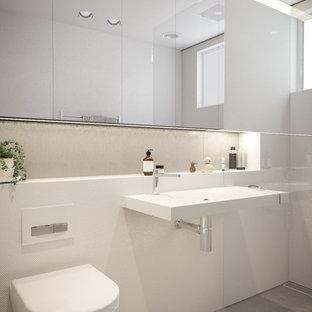 Idee per una piccola stanza da bagno padronale design con doccia aperta, WC sospeso, piastrelle beige, piastrelle di cemento, pareti bianche, pavimento in cementine, lavabo sospeso, top in superficie solida, pavimento grigio e doccia aperta