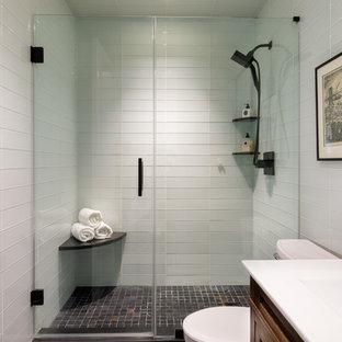 Ispirazione per una piccola stanza da bagno padronale boho chic con ante con bugna sagomata, ante in legno scuro, doccia doppia, WC a due pezzi, piastrelle bianche, piastrelle di vetro, pareti bianche, pavimento in gres porcellanato, lavabo integrato e top in quarzite