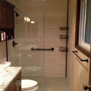 Immagine di una piccola stanza da bagno padronale classica con ante in stile shaker, ante in legno scuro, doccia alcova, WC a due pezzi, piastrelle beige, piastrelle in ceramica, pareti beige e pavimento in gres porcellanato