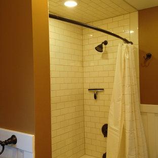 Immagine di una piccola stanza da bagno padronale stile americano con lavabo sottopiano, top in granito, vasca ad alcova, WC a due pezzi, piastrelle bianche, piastrelle diamantate, pavimento in gres porcellanato, doccia alcova, pareti bianche, pavimento marrone e doccia con tenda