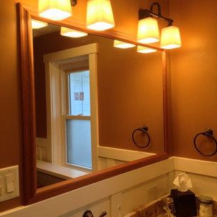 他の地域の小さいトラディショナルスタイルのおしゃれなマスターバスルーム (アンダーカウンター洗面器、御影石の洗面台、アルコーブ型浴槽、分離型トイレ、白いタイル、サブウェイタイル、磁器タイルの床、アルコーブ型シャワー、白い壁、茶色い床、シャワーカーテン) の写真