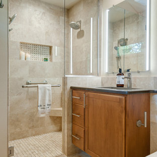 Inredning av ett klassiskt litet en-suite badrum, med luckor med upphöjd panel, skåp i mellenmörkt trä, en kantlös dusch, en vägghängd toalettstol, beige kakel, travertinkakel, beige väggar, travertin golv, ett undermonterad handfat, bänkskiva i kvarts, flerfärgat golv och dusch med gångjärnsdörr