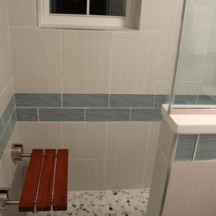 Ispirazione per una stanza da bagno padronale contemporanea di medie dimensioni con doccia alcova, piastrelle multicolore e pavimento in pietra calcarea