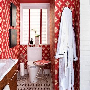 ワシントンD.C.のエクレクティックスタイルのおしゃれな浴室 (アンダーカウンター洗面器、白いタイル、フラットパネル扉のキャビネット、中間色木目調キャビネット、赤い壁) の写真