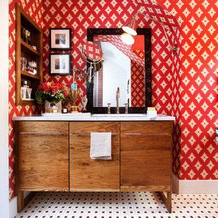 Diseño de cuarto de baño bohemio con lavabo bajoencimera, armarios con paneles lisos, puertas de armario de madera oscura, paredes rojas y suelo con mosaicos de baldosas