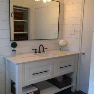 На фото: со средним бюджетом ванные комнаты среднего размера в скандинавском стиле с фасадами островного типа, белыми фасадами, ванной в нише, душем над ванной, раздельным унитазом, белой плиткой, белыми стенами, полом из сланца, врезной раковиной, мраморной столешницей, черным полом, шторкой для душа, плиткой кабанчик и душевой кабиной