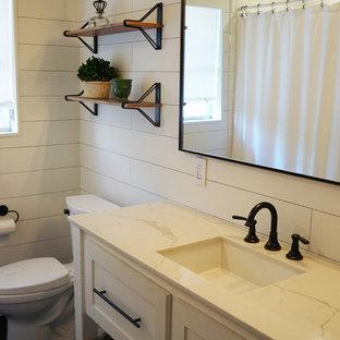 Неиссякаемый источник вдохновения для домашнего уюта: ванная комната среднего размера в скандинавском стиле с фасадами островного типа, белыми фасадами, ванной в нише, душем над ванной, белыми стенами, полом из сланца, врезной раковиной, мраморной столешницей, черным полом, шторкой для душа, раздельным унитазом, белой плиткой, плиткой кабанчик и душевой кабиной