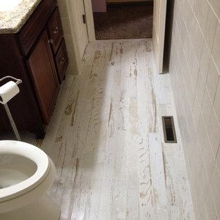 Пример оригинального дизайна: маленькая ванная комната в стиле шебби-шик с врезной раковиной, фасадами островного типа, фасадами цвета дерева среднего тона, столешницей из гранита, ванной в нише, душем над ванной, унитазом-моноблоком, бежевой плиткой, керамогранитной плиткой, зелеными стенами и полом из керамогранита