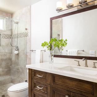 Diseño de cuarto de baño con ducha, tradicional renovado, pequeño, con armarios con rebordes decorativos, puertas de armario de madera oscura, ducha doble, baldosas y/o azulejos beige, baldosas y/o azulejos de piedra, paredes beige, suelo de travertino, lavabo bajoencimera y encimera de cuarzo compacto