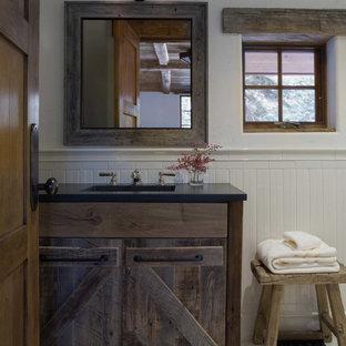 На фото: детские ванные комнаты среднего размера в стиле кантри с фасадами островного типа, искусственно-состаренными фасадами, белой плиткой, белыми стенами и полом из керамогранита